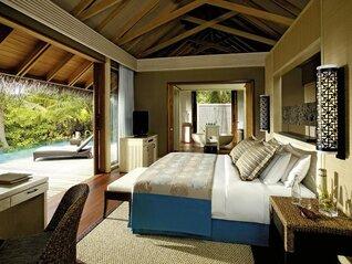 Shangri-La's Villingili Resort und Spa Insel Villa Wohnbeispiel Wohnzimmer mit Pool