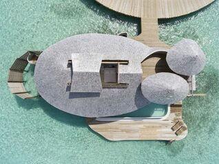 Soneva Jani Wasser Villa mit Dach offen Sternenhimmel über Bett